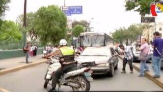 Imprudentes al volante: conductores cometen faltas y ponen en riesgo a peatones