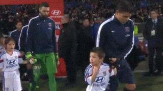Noble gesto: Thiago Silva le regaló su campera a un niño que 'moría' de frío
