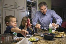 Niño que superó leucemia protagoniza conmovedor video junto a su padre