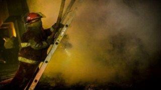 Voraz incendio destruyó depósito de cilindros en Puente Piedra