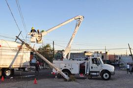 Camión grúa derribó cuatro postes de luz y causó destrozos en Los Olivos