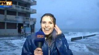 Reportera fue arrastrada por una ola durante transmisión en vivo
