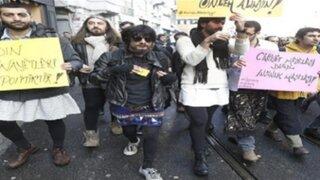 Turquía: decenas de hombres protestan en minifalda contra la violencia machista