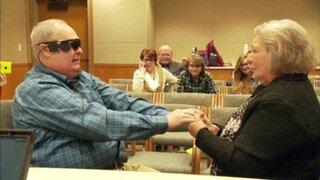 Hombre ciego logró ver a su esposa después de 10 años gracias a dispositivo