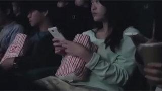 Una sala de cine en Hong Kong usa los celulares de los espectadores para darles una lección