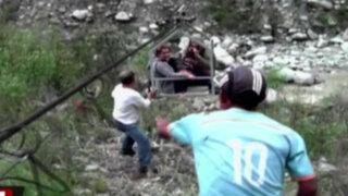 Cusco: turistas arriesgan su vida para cruzar caudaloso río