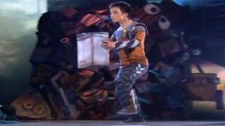 Increíble joven bailarín ejecuta asombrosos movimientos robóticos imitando a Wall-e
