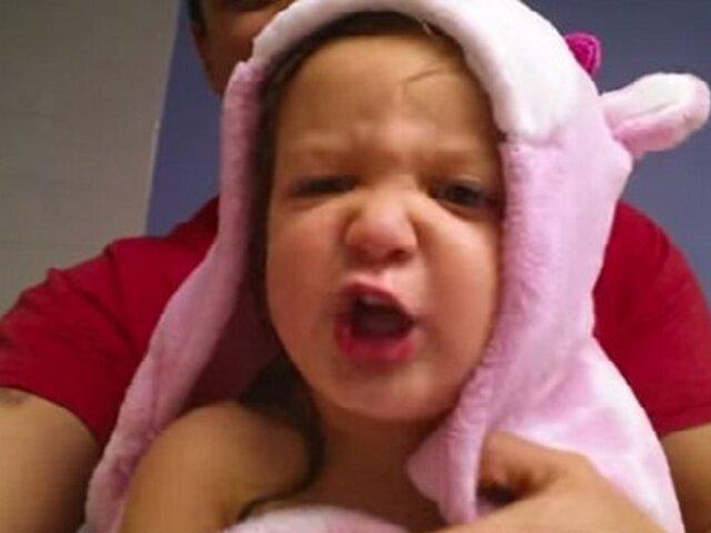 YouTube: adorable niña de 2 años canta el abecedario al estilo metal