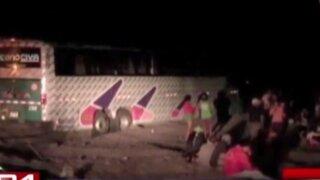 Dos muertos tras aparatoso choque entre bus interprovincial y camión en Ica