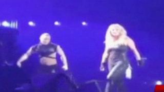 Espectáculo internacional: Britney Spears perdió sus extensiones en el escenario