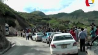 Al menos 500 vehículos varados por deslizamiento en carretera de Apurímac