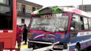 Cercado de Lima: siete heridos al chocar bus con alimentador del Metropolitano