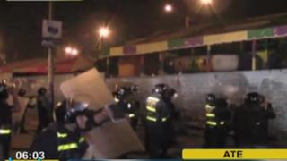 Ate: comerciantes de mercado se enfrentan a la Policía para evitar desalojo