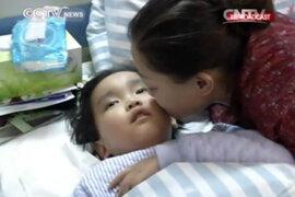 China: niño con tumor cerebral donó sus riñones a su madre enferma