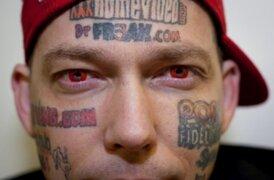 Se tatuó páginas porno en la cara para que su familia no pase hambre