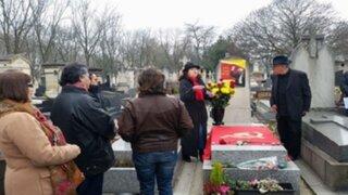París: colocan símbolos senderistas sobre tumba de César Vallejo