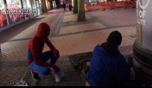 Sujeto disfrazado de Hombre Araña ayuda a indigentes en Inglaterra