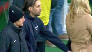VIDEO: eufórico técnico de fútbol toca el trasero de una periodista