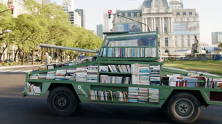 Artista convirtió un tanque de 'guerra' en librería ambulante en Argentina