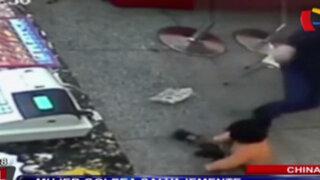 China: mujer golpea salvajemente a niño en restaurante