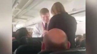 YouTube: piloto enamorado pide mano a aeromoza en pleno viaje