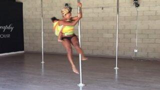 YouTube: mujer practica pole dance cargando a su bebé en la espalda