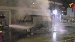 Surco: pasajeros se salvan de morir tras incendio en combi