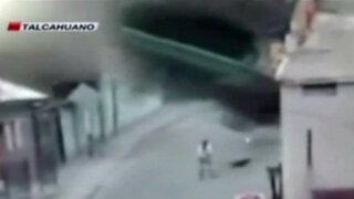 Chile: camión se desbarranca y cae sobre una vivienda