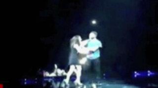 Espectáculo internacional: fanática ataca a Adam Levine en pleno concierto