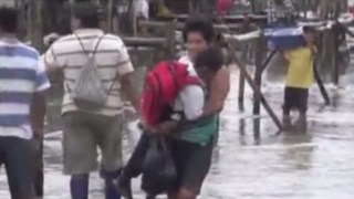 Iquitos: padres hacen lo imposible para que niños estudien tras inundaciones por lluvias