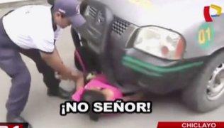 Mujer se mete debajo de camioneta para evitar incautación de su mercadería