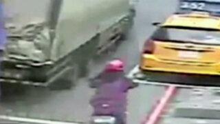 Taiwán: motociclista se salva de ser atropellada por tráiler