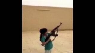 Arabia Saudita: niña con fusil AK-47 casi mata a camarógrafo