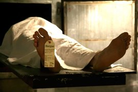 México : médico forense 'devuelve la vida' a los muertos