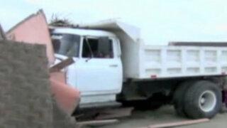Chimbote: familias salvan de morir tras choque de camión contra casas
