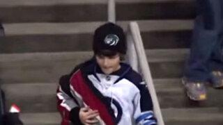EEUU: la mejor jugada de este partido de hockey la hizo este niño en las tribunas