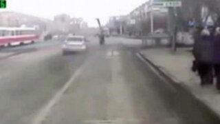 Rusia: hombre es atropellado por automóvil a toda velocidad