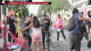 Jóvenes se enfrentan a la policía por los by pass en la avenida 28 de Julio