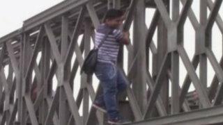 Huachipa: vecinos arriesgan sus vidas intentando cruzar puente desmontado