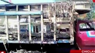 Chiclayo: camión cargado de panca se incendia frente a comisaría