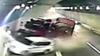 China: auto fuera de control choca contra un camión