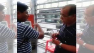 YouTube: orientador del Metropolitano se niega a ayudar a persona invidente