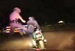 VIDEO : policía derriba a motociclista con espectacular patada