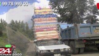 WhatsApp: conductores trasladan gran cantidad de colchones en el techo de sus vehículos