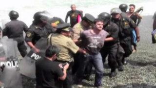 Policías agreden a tablistas por tratar de evitar arrojo de rocas en playa La Pampilla