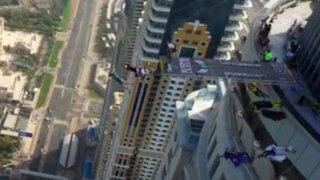 Dubái: deportistas extremos se lanzan de uno de los rascacielos más altos del mundo