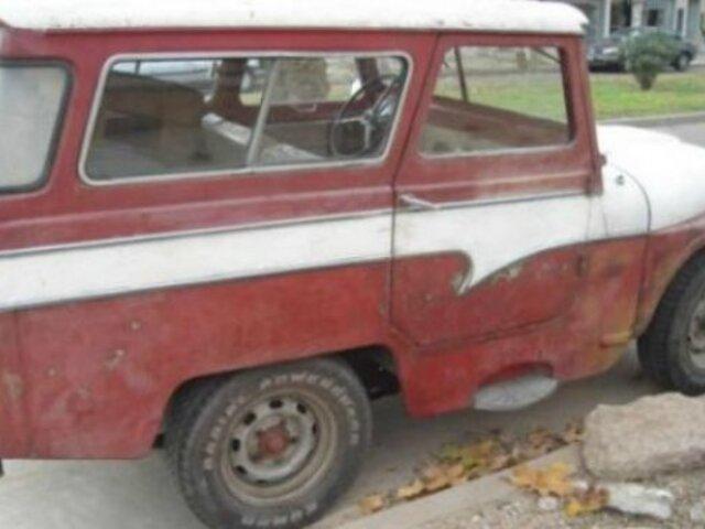 Se compra una camioneta vieja y encuentra fajos de billetes escondidos