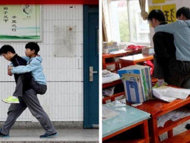China: joven carga a su amigo minusválido para que pueda ir a estudiar