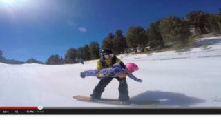 VIDEO : temerario padre practica snowboard junto a hija de 2 años