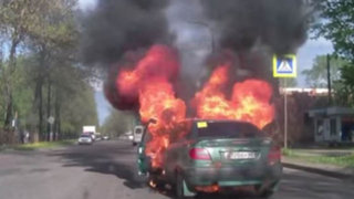 Impactantes imágenes: mujer salva de morir al incendiarse su auto en plena marcha